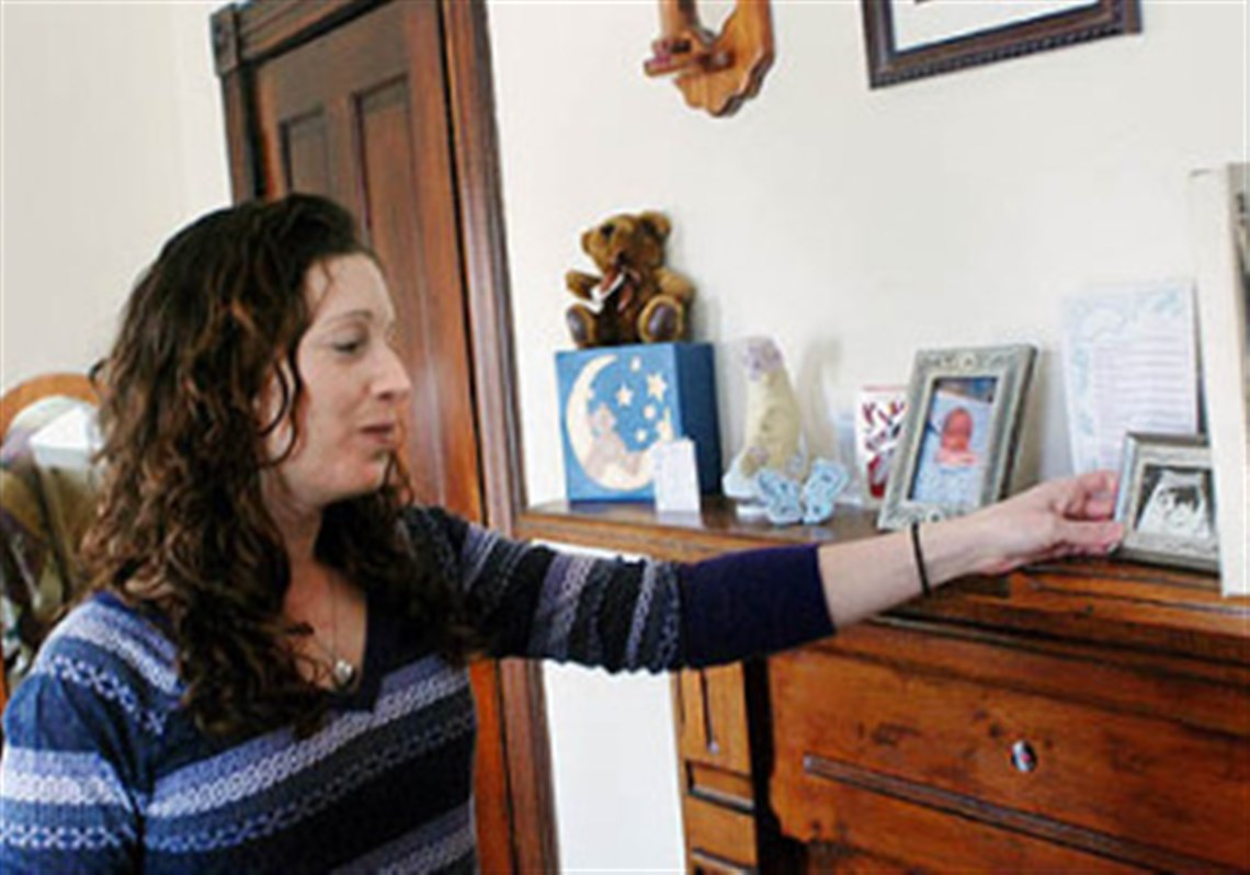 Mothers urge lawmakers to allow birth certificates to be issued bobbie hopkinson of the natrona section of harrison looks at a sonogram photo of aiddatafo Choice Image