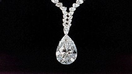 Elizabeth Taylor's necklace At Elizabeth Taylor's request, the diamond given to her by Richard Burton, initially mounted as a ring, was to become the pendant of a necklace created by Cartier.