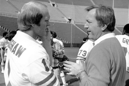 fairbanks Terry Bradshaw, left, talks with New England Patriots coach Chuck Fairbanks in 1979. Mr. Fairbanks, who coached Heisman Trophy winner Steve Owens at Oklahoma and spent six seasons as coach of the Patriots, died Tuesday.