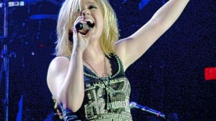 Kelly Clarkson Kelly Clarkson is singing for and with Reba McEntire.