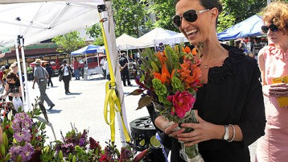 Market Square farmers market flowers Gwyneth Gaul, who works Downtown for the Pittsburgh Foundation, buys a bouquet of flowers from Bob Ambrose of Ridgeview Acres Farm in Market Square.