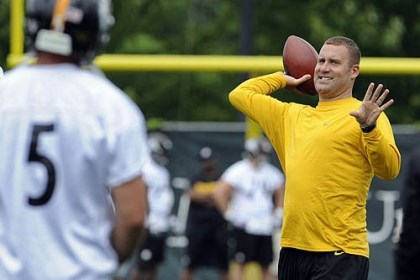 roethlisberger pass Steelers quarterback Ben Roethlisberger tosses with Bruce Gradkowski during minicamp on the South Side today.