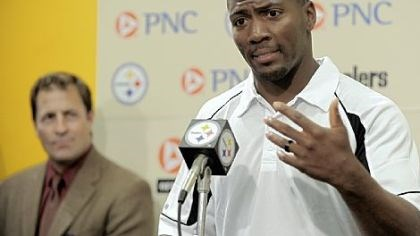 Ryan Clark talks Steelers safety Ryan Clark, right, talks about the sickle cell cure initiative Tuesday at the team's facility on the South Side.