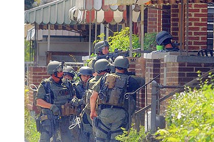 SWAT SWAT officers enter a house on Blair Street in Hazelwood to look for bank robbery suspect Jovani Chappel, 25.