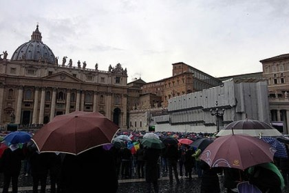 Vatican rain Spectators watch black smoke rising as rain falls this morning in Vatican City.