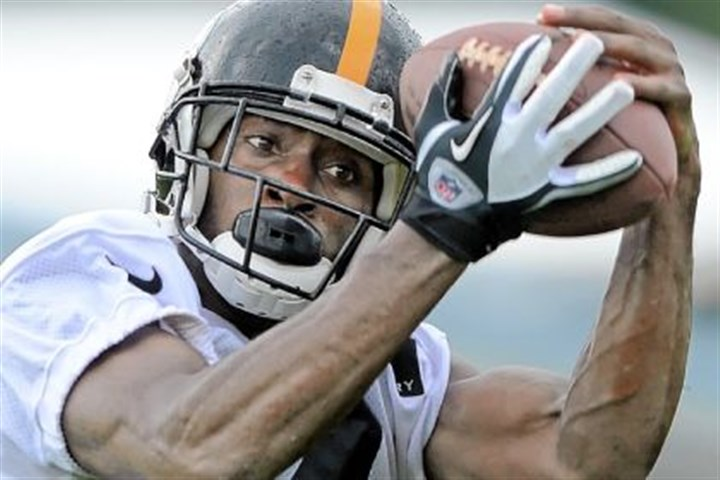 brown1 Steelers wide receiver Antonio Brown hauls in a pass during workouts at Saint Vincent College in Latrobe. Brown reportedly is at odds with offensive coordinator Todd Haley over his opportunities on the field.