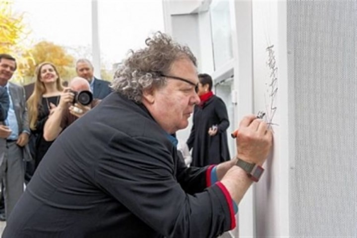 Dale Chihuly signs his name Dale Chihuly signs his name at the center's opening.