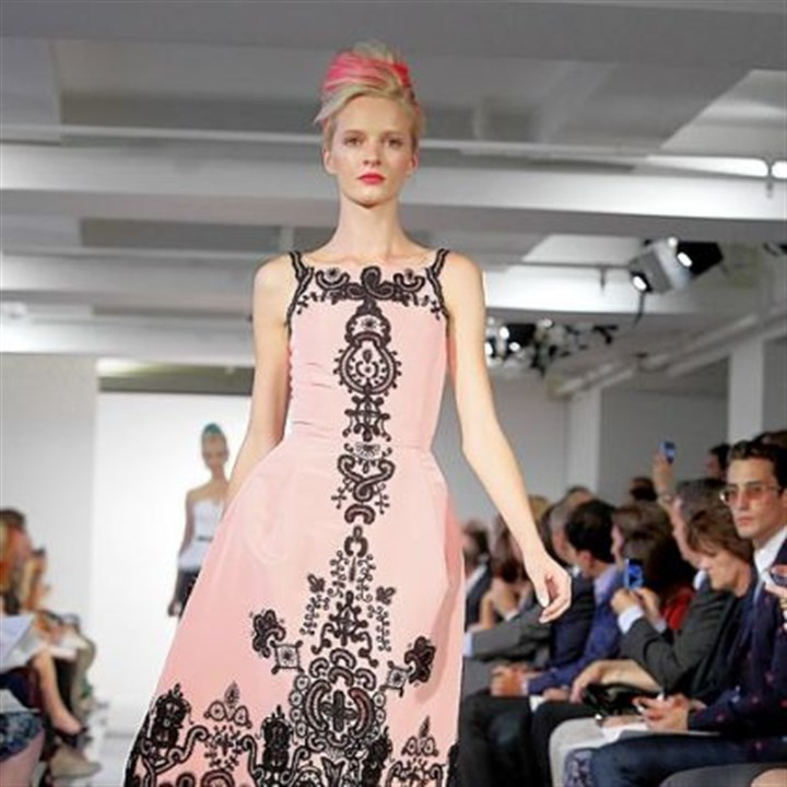 Daria Strokous in Oscar de la Renta Daria Strokous modeling an outfit for the presentation of the Oscar de la Renta Spring 2013 collection.