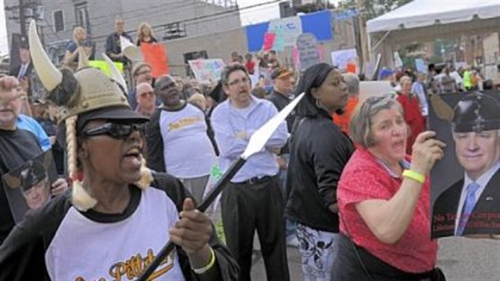 Pittsburgh Opera Stacy Childs, left, and other protesters shout as people arrive at the Pittsburgh Opera's Strip District headquarters for an event honoring Gov. Tom Corbett, who received a lifetime achievement award Saturday.