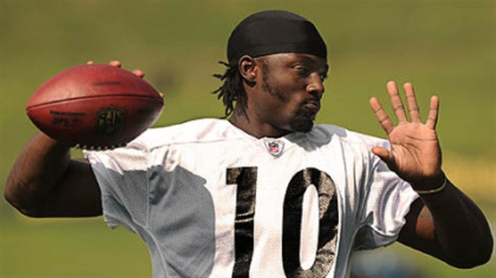 Santonio Steelers receiver Santonio Holmes plays catch with Hines Ward during the morning workouts Tuesday.