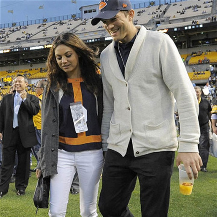 steele pregame3 Chicago Bears fan Ashton Kutcher, right, and Mila Kunis walk along the sideline before the Steelers-Bears game at Heinz Field on Sunday.