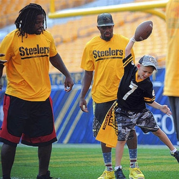 steelers hero veterans kid td Steelers linebacker Sean Spence, left, and cornerback William Gay watch Austin Pieniazek, 6, do his touchdown celebration. Austin came with his father, Michael Pieniazek, 33, of State College, who served with the Army in Iraq.
