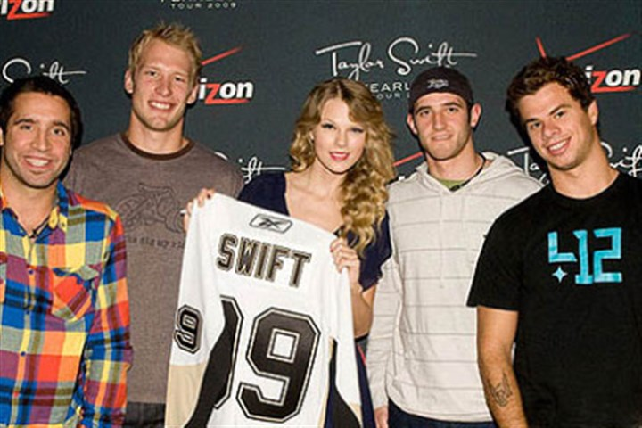 taylor swift and former penguins Max Talbot, Jordan Staal, Taylor Swift, Alex Goligoski and Tyler Kennedy, in 2009.