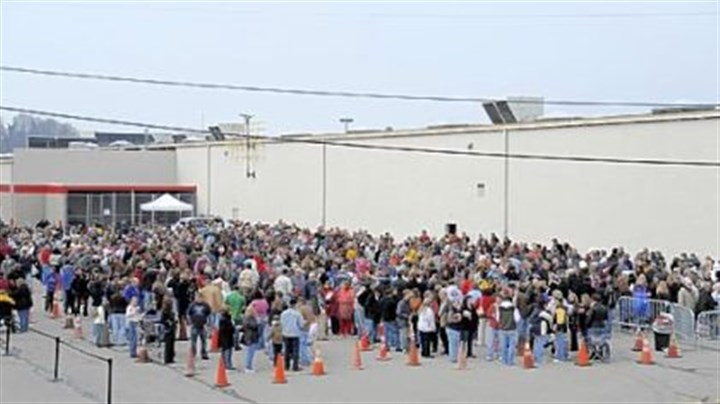 Waiting in line More than 1,000 people wait in line to see former Alaska Gov. Sarah Palin yesterday.