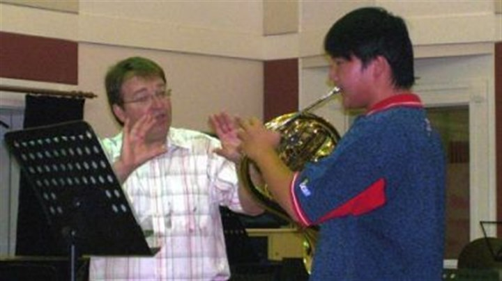 William Caballero William Caballero, Pittsburgh Symphony Orchestra principal horn, giving advice in a master class with Guan Yue, a horn player student, at the Shanghai Conservatory of Music in May, 2009.