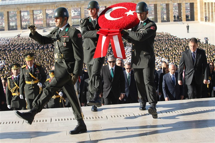 20131030GettyTurkey2-1 Turkish soldiers carry a wreath with the Turkish flag in front of Turkish President Abdullah Gul (C) and Turkish Prime Minister Recep Tayyip Erdogan (C-R) during the celebration ceremony of Turkey's 90th Republic Day.
