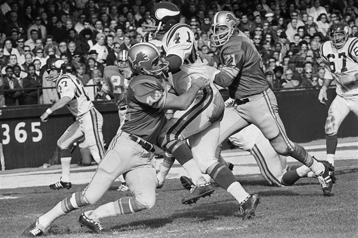 20131119LeBeau2-1 Minnesota Vikings' Dave Osborn (41) being tackled by Detroit Lions' Dick LeBeau (44), during a game in 1970 in Detroit. LeBeau was playing for the Lions in 1963 in the shadow of the JFK assassination.