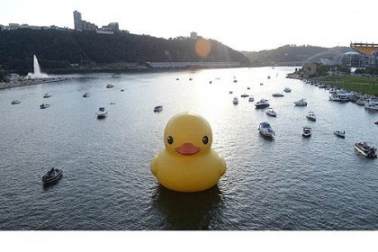 40-foot inflatable rubber duck The 40-foot inflatable rubber duck is towed down the Allegheny River on its way to its temporary home near the Roberto Clemente Bridge, the site of tonight's Rubber Duck Bridge Party.