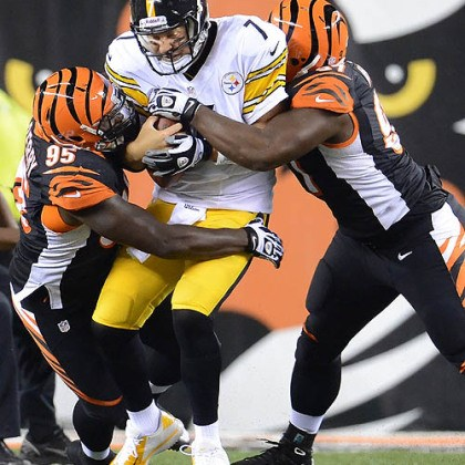 Ben Roethlisberger gets sacked Steelers quarterback Ben Roethlisberger is sacked by the Bengals' Wallace Gilberry and Geno Atkins Monday night in Cincinnati.