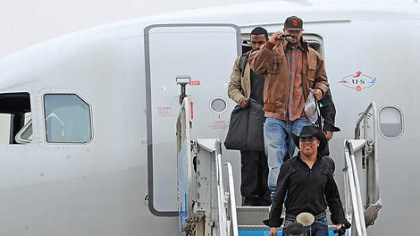 Steelers arrive in Dallas Hines Ward wears a cowboy hat and large belt buckle as he makes his way off the jet.