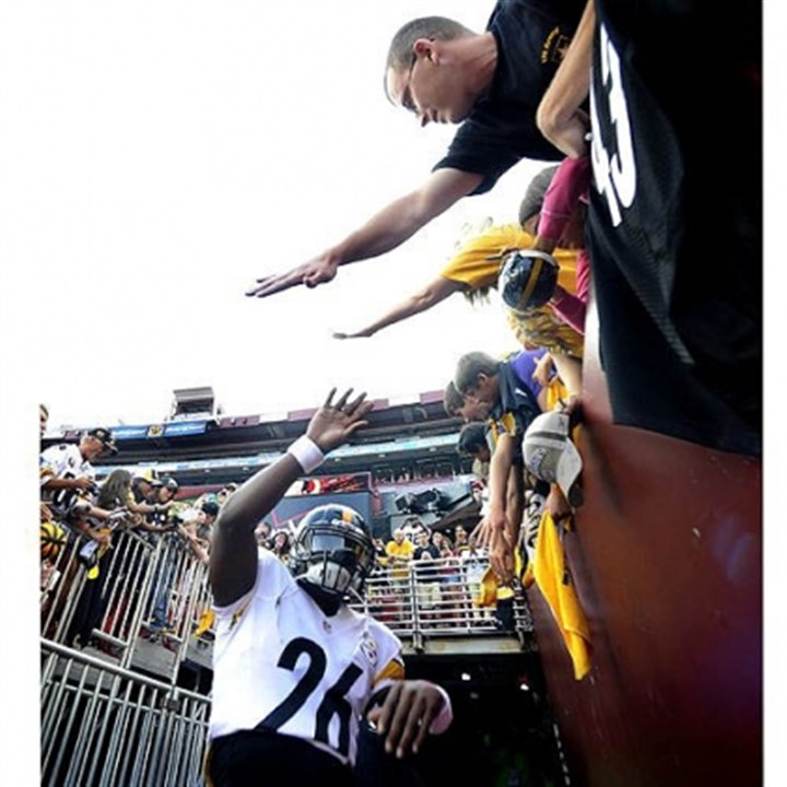 Bell Steelers rookie Le'Veon Bell high-fives fans as he runs on to FedEx Field in Washington before taking on the Redskins. Bell was hurt in the first series of the game.