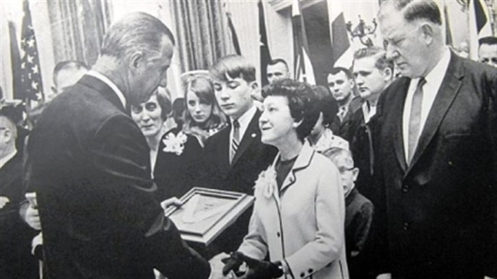 Finvola and Fred Prom Then-Vice President Spiro Agnew presents the Medal of Honor to Finvola and Fred Prom, parents of Lance Cpl. William Prom, in April 1970.