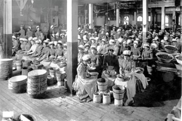 heinz women 1904: Women work inside the Heinz plant.