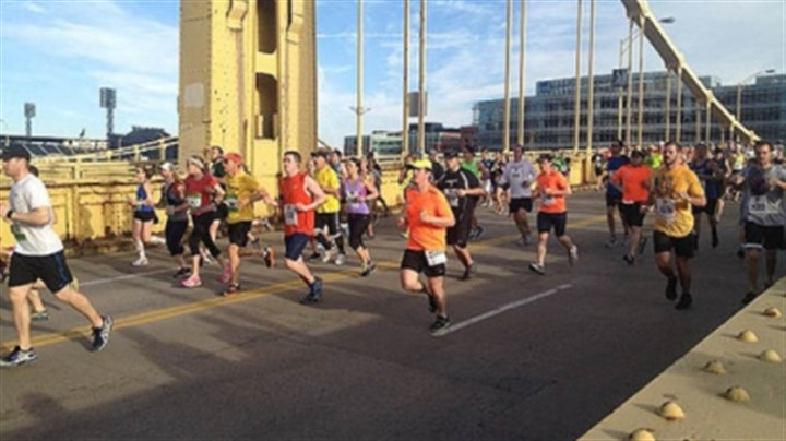 ninth street Runners cross the Ninth Street Bridge