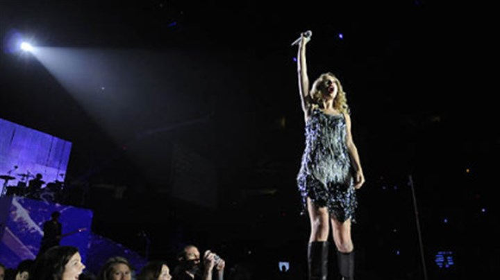 On stage Taylor Swift.