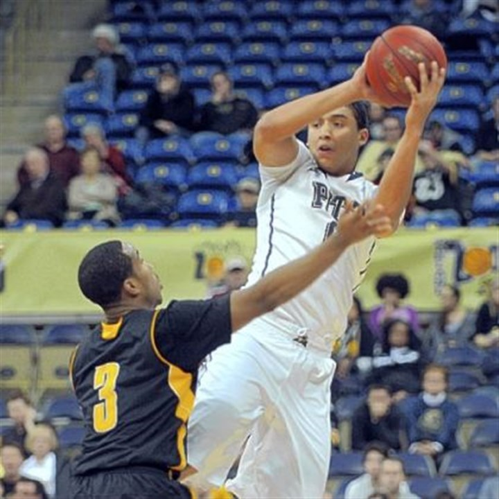 Robinson.jpg Pitt's James Robinson passes under tight defense by Kennesaw State's Delbert Love.