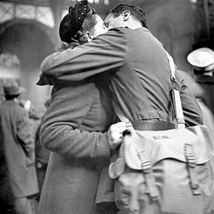 Soldier kissing his girlfriend Alfred Eisenstaedt's 1944 photo shows a soldier kissing his girlfriend goodbye at New York's Pennsylvania Station before returning to duty after a brief furlough.