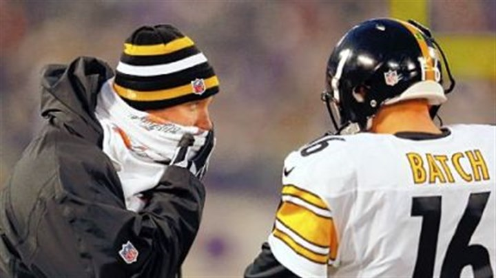 Steelers Ben Roethlisberger talks with Charlie Batch on the sideline Sunday in Baltimore.