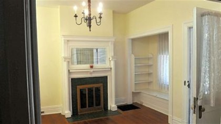 The entry parlor The entry parlor features a window seat and shelves.