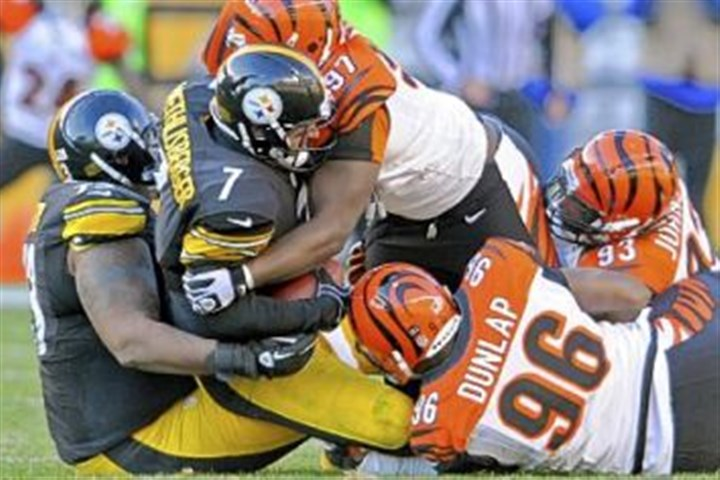 steele1214 Steelers quarterback Ben Roethlisberger is sacked by the Bengals' Geno Atkins and Carlos Dunlap.