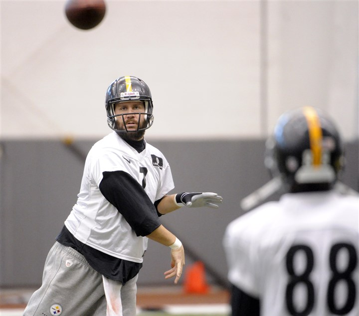 20131211lfSteelersSports04-3 Steelers quarterback Ben Roethlisberger throws to wide receiver Emmanuel Sanders during practice at the team's South Side facility on Wednesday.
