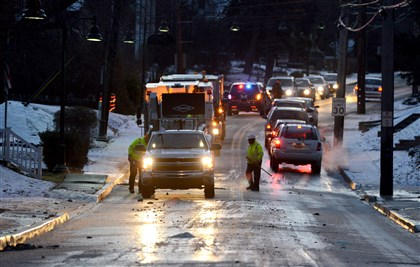 20131212dsPoplarWaterMainLocal02-2 Inbound traffic slowly makes it past a water main break on Poplar Street.