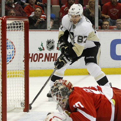 Penguins Red Wings Hockey 3 Sidney Crosby works the puck to score against Detroit Red Wings goalie Jonas Gustavsson Saturday night.