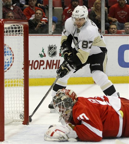 Penguins Red Wings Hockey 3 Sidney Crosby works the puck to score against Detroit Red Wings goalie Jonas Gustavsson.