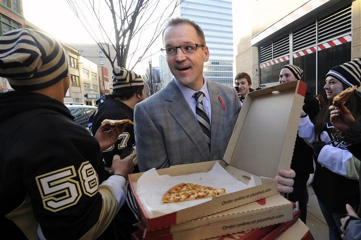 pens0105 Penguins coach Dan Bylsma doesn't just delivers pizza to student fans, he also delivers wins -- and soon he'll have the most in franchise history.