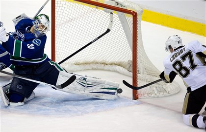 pennot4 Sidney Crosby scores the tying goal with seconds left against Vancouver goalie Eddie Lack.