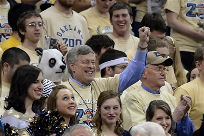 20140303mfpittsports05-4 Pitt chancellor Mark Nordenberg stands with the Oakland Zoo as the team takes on NC State.