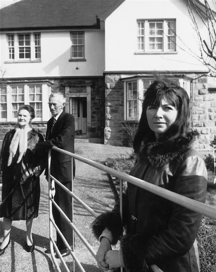 20140319hoobrien0402Bmag Edna O'Brien with her parents, Lena and Michael O'Brien, in front of Drewsboro House, 1966.
