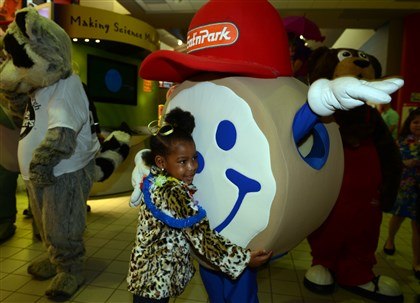 20140329bwChildSeen02 Brielle Wright, 4, meets up with Eat 'N Park mascot.
