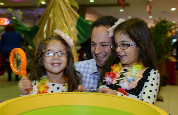 20140329bwChildSeen05 Sienna, 4, and her sister Giuliana,5, with their father Michael DeRenzo.