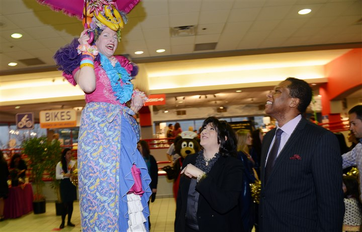 20140329bwChildSeen06 Stilt walker Donna Penoyer greets Cynthia Dorundo and Clyde Jones.