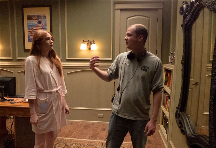 "20140411Oculus2 Star Karen Gillian and director Mike Flanagan set up a scene in ""Oculus."""