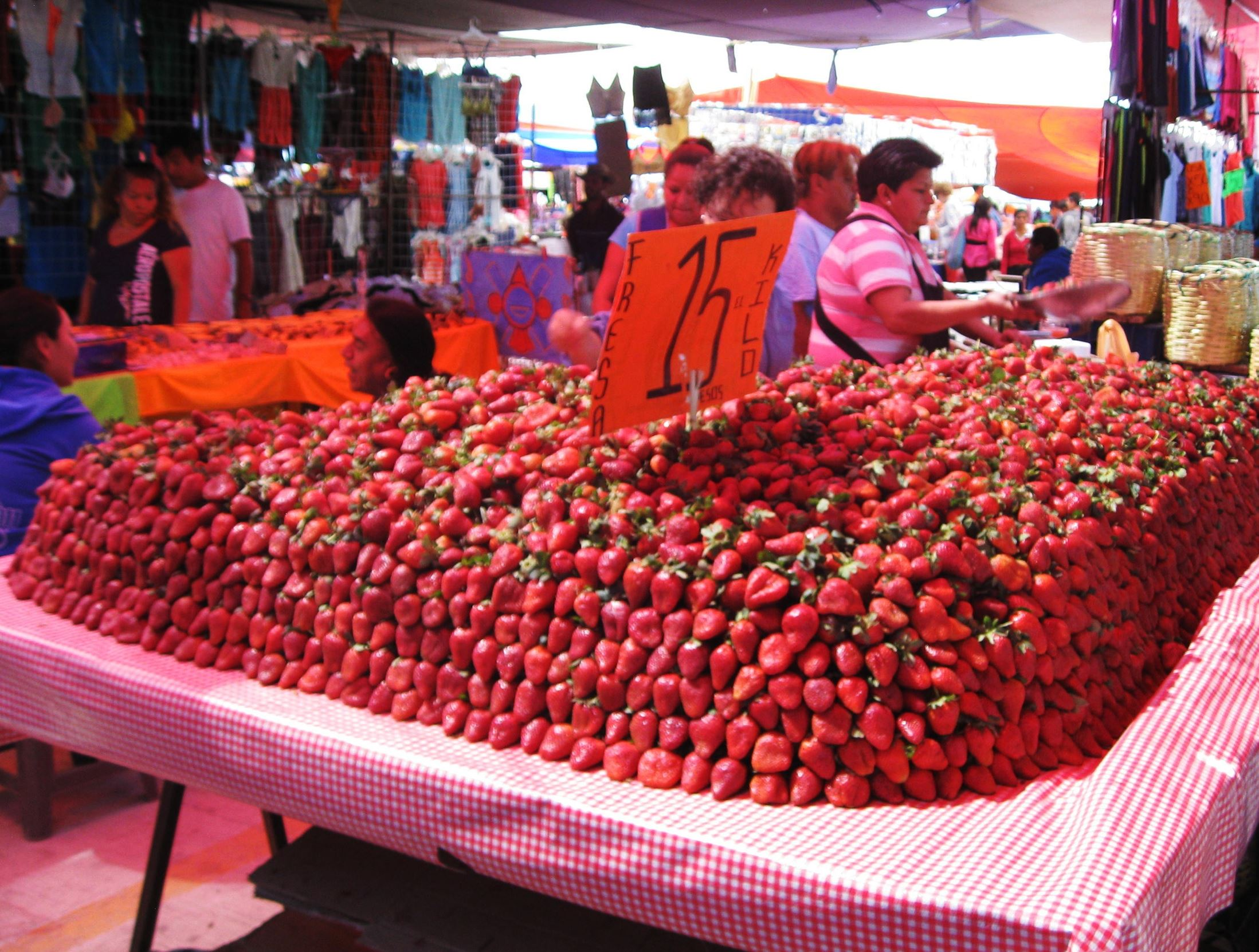 20140425hostrawberriesfood6882 Strawberries in the Tianguis del Martes farmers market in San Miguel de Allende.