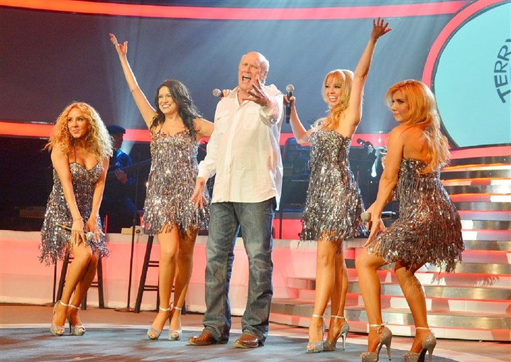20140515hoIQtiesbiz Terry Bradshaw with his backup singers The I-Qties.