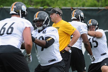 20140528radSteelersOTASpts03-2 New Steelers offensive line coach Mike Munchak coaches at the team's OTA practice at their South Side training facility Wednesday.