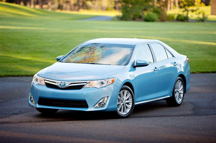 CamryExt The 2014 Toyota Camry Hybrid looks almost identical to the regular Camry, but it uses about 20 percent less fuel.